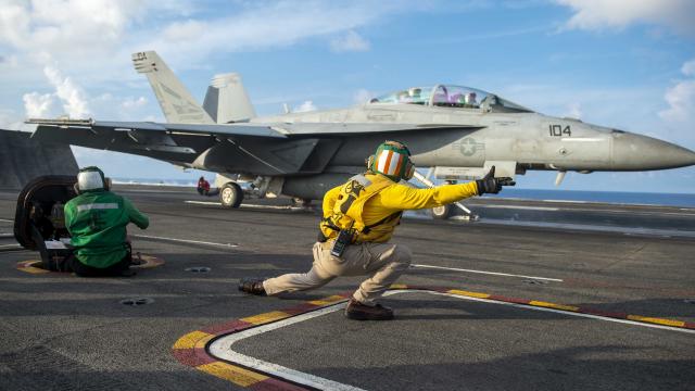 9月5日,F/A-18超級大黃蜂在卡爾文森號航空母艦上起飛。(Mass Communication Specialist Seaman Isaiah Williams/U.S. Navy)