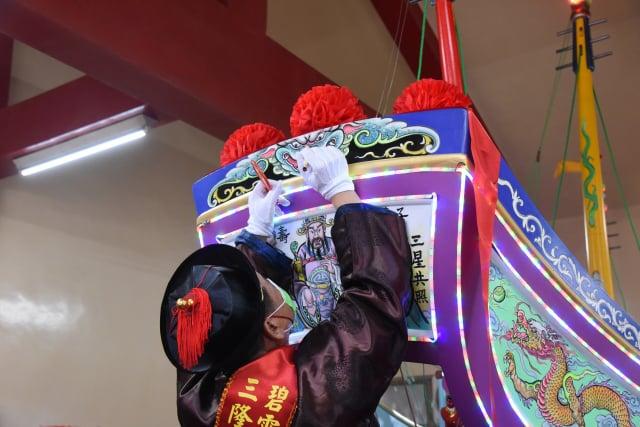 屏東縣琉球鄉三隆宮辛丑正科迎王平安祭典將於12月登場,廟方8日舉行王船進水典禮。