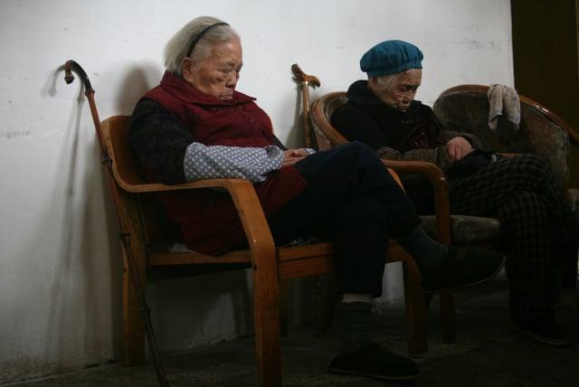 中共的一胎化政策今年早先被廢棄,但已導致勞動力萎縮和人口迅速老齡化,給中國的社會服務帶來極大壓力。(China Photos/Getty Images)