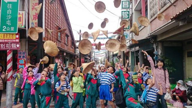 2004年電影紀錄片《無米樂》與臺劇《俗女養成記》,都曾來到臺南後壁菁寮老街取景。(黃永全提供)