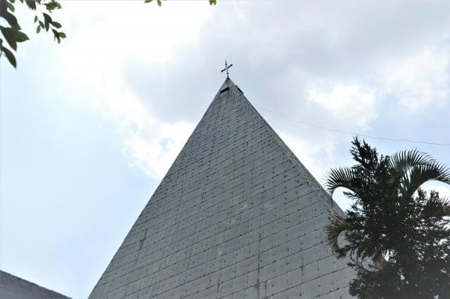 菁寮一座四方錐造型的天主教堂。(攝影/鄧玫玲)