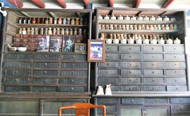 「金德興藥鋪」仍然保留著古意盎然的中藥櫃。(攝影/鄧玫玲)