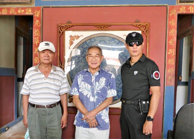 百年中藥鋪裡還住著阮家的後代子孫,阮家古厝文化藝術基金會的執行長阮子星,仍然常常在藥鋪中和鄉親們閒話家常。(攝影/賴瑞)