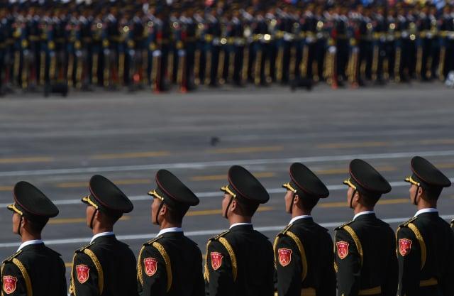 中共中央軍委主席習近平近日為新晉升的5名上將頒授了軍銜,存在諸多令人費解的現象。示意圖。(GREG BAKER/AFP/Getty Images)
