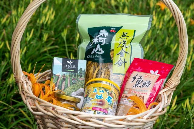 期間限定「赤科山特產箱」,包含無硫金針、赤科山清香茶包、自然農法栽培紅黑糖、高山油菊與薑黃粉。(Airbnb提供)