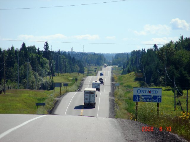 像跳曼波的公路是花崗岩所闢建的——加拿大安大略省。(謝明景提供)