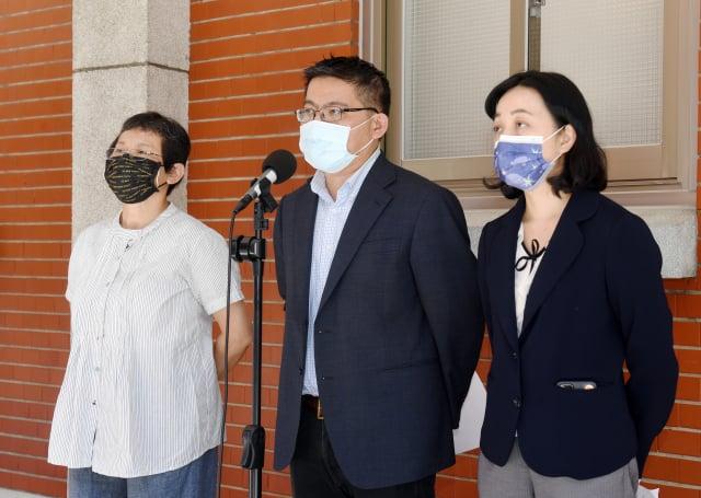 時代力量立委陳椒華(左起)、邱顯智、王婉諭等, 10日在立法院記者會。(中央社)