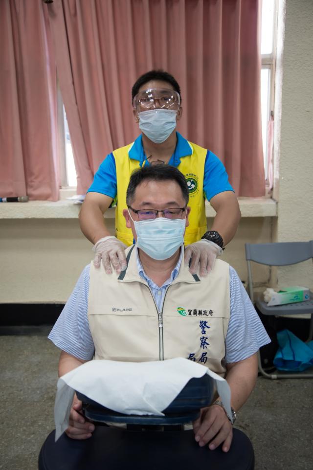 視障按摩師免費為警察局長廖材楨按摩紓壓。