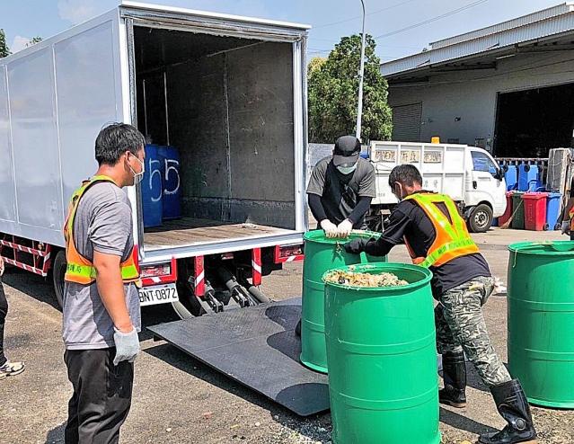 林口清潔隊協助回收廚餘。