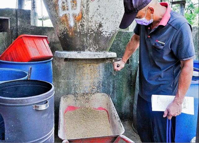 陳堂畜牧場利用機器運送飼料餵養豬隻。(區公所提供)