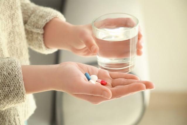 服用藥物最好搭配水喝。(123RF)