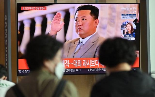 北韓選在美國、韓國和日本代表討論如何打破與北韓談判的僵局前夕,宣布試射巡弋飛彈。圖為韓國媒體報導北韓建政73周年閱兵。(JUNG YEON-JE/AFP via Getty Images)