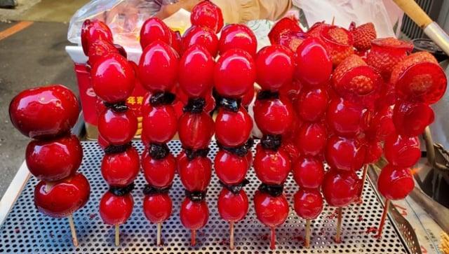 冰糖葫蘆:左一為鳥梨,中六為番茄,右二為草莓。(陳大眞博士提供)