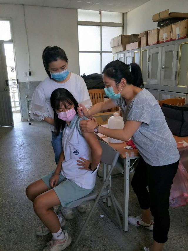 圖為學生接種流感疫苗情形。 (金門縣政府提供)