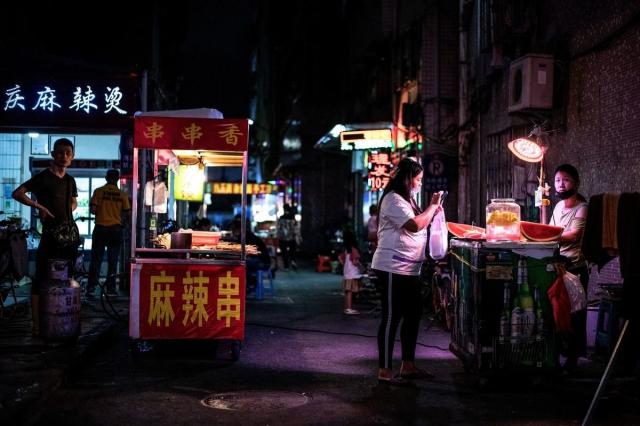 中國食品安全問題再度曝光,不法商販用含罌粟調料來吸引顧客。圖為深圳路邊的小吃攤。圖片和本文無關。(Noel Celis/AFP/Getty Images)