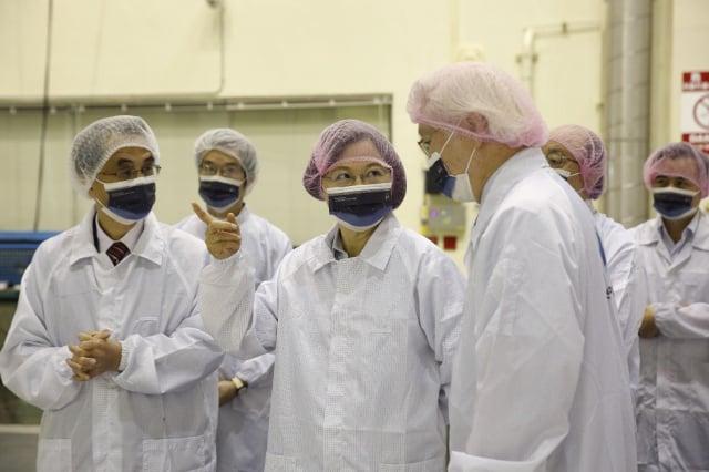 總統蔡英文(左3)14日上午到訪總部位於新竹市的國家太空中心,視察我國研發自製的「獵風者衛星」。(科技部提供)