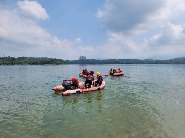 嘉義縣消防局9月13日在仁義潭進行水域訓練,翁姓隊員潛水時不幸溺斃。(嘉義縣消防局提供)