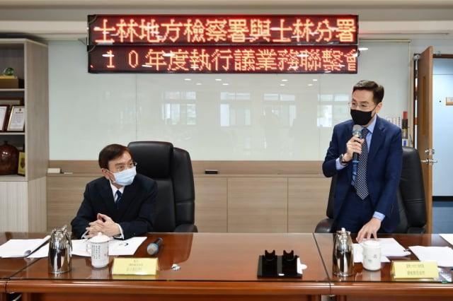 士林地檢署檢察長繆卓然(右)、行政執行署士林分署署長莊俊仁(左)14日共同主持首次業務聯繫會議。(士林執行分署提供)