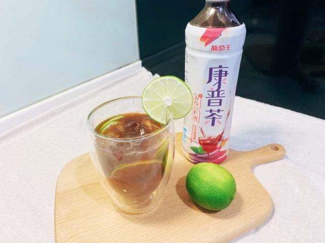 「葡萄王康普茶雙纖飲」經過獨家發酵及添加鳳梨酵素,幫助消化且促進新陳代謝。