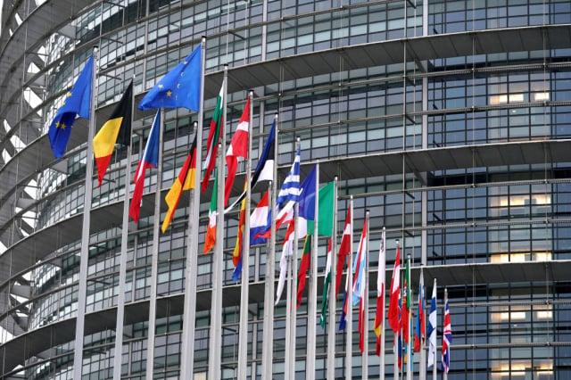 位於法國史特拉斯堡的歐洲議會大樓及國旗。(Thomas Niedermueller/Getty Images)