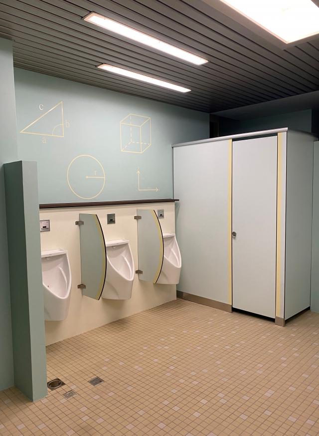 國華國中男廁牆面加上數理圖案。