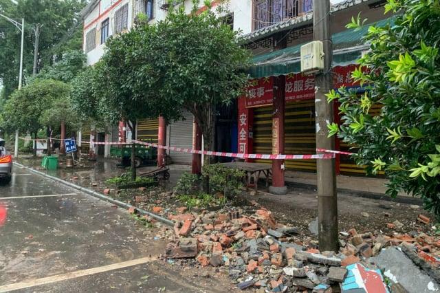 9月16日4時33分,四川瀘州市瀘縣發生地震一片狼籍。(STR/AFP via Getty Images)