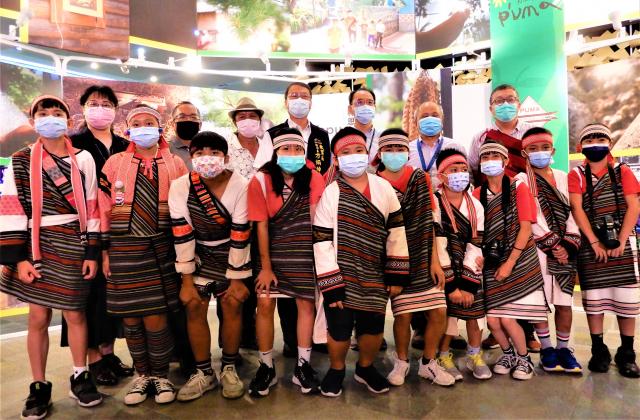 16日記者會,台中和平區原民實驗小學博屋瑪約70位師生受邀參訪。(記者黃玉燕/攝影)