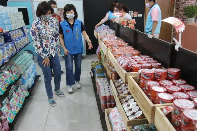 台東實物銀行「夢享柑仔店」提供多元服務,使用者可自行選擇所需要的物品。