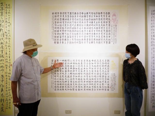 張自強此次展出200多幅作品,一樓展區是奠基起源篇,是考證史事典故所練過的碑帖。二樓展區是創作自運篇,以真草篆隸表現所思所見。