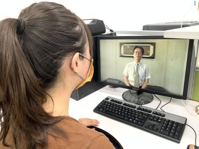 元智大學學生線上觀看新生入學相關資訊。(元智大學提供)