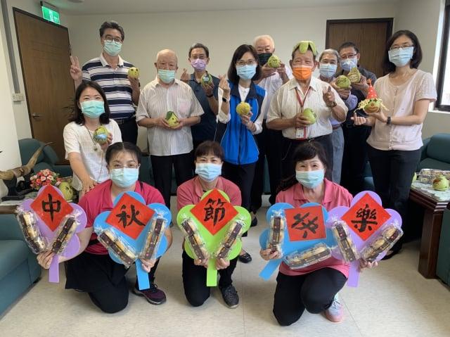 陳靜如家主任(圖上排左五)代表榮家致贈柚子及月餅給住民代表。(桃園八德榮家提供)