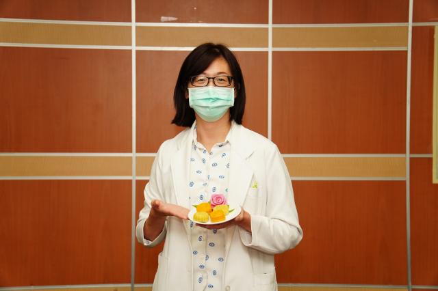 天成醫院楊珊珊營養師營養師表示,市面上琳瑯滿目的月餅,熱量都高得驚人。