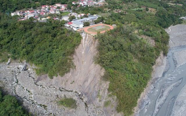 2016年梅姬颱風造成高雄巿桃源區興中國小操場旁的邊坡發生嚴重崩塌。