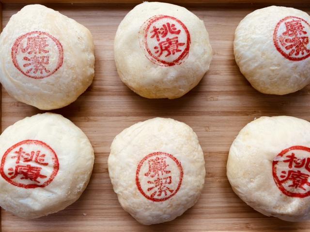 桃療ThankYou餅,飽滿內餡是麻糬、蛋黃、肉鬆和豆沙。