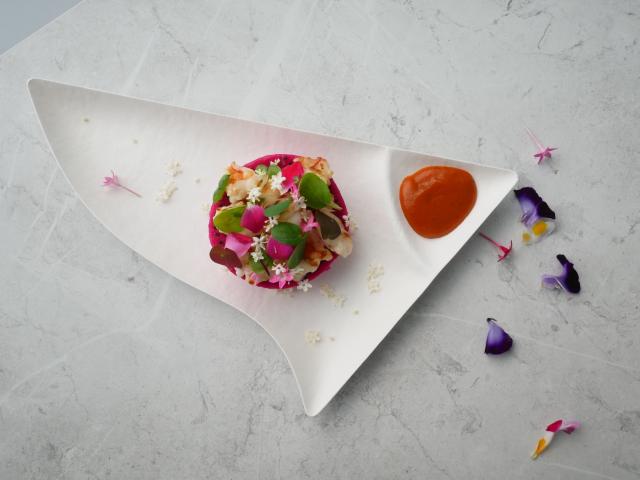 屏東社區產業博覽會「夢幻料亭」餐券即日起限量開賣;主廚楊彥希將運用屏東火龍果、檸檬、泰國蝦等在地新鮮食材,推出特色料理繽紛花園。