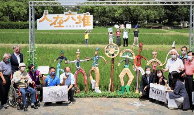 「人在六堆」戶外影像藝術展17日在六堆客家文化園區揭幕開展。(客家委員會提供)