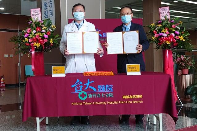 嘉捷科技總裁宣建生(右)與新竹臺大分院院長余忠仁(左)共同簽署合作備忘錄。(新竹臺大分院提供)