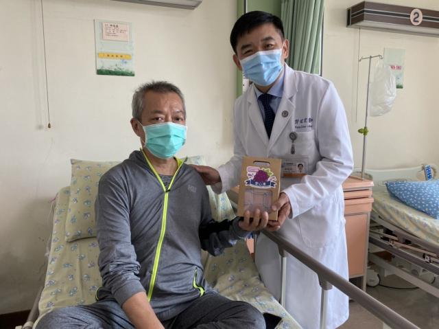 小港醫院院長郭昭宏親送港醫特製的「安心凍」,希望果凍能讓病友咀嚼吞嚥順暢,並祝福中秋節快樂。(小港醫院提供)