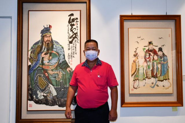 新竹縣美術協會理事盧朝財與參展的水墨畫-關公。