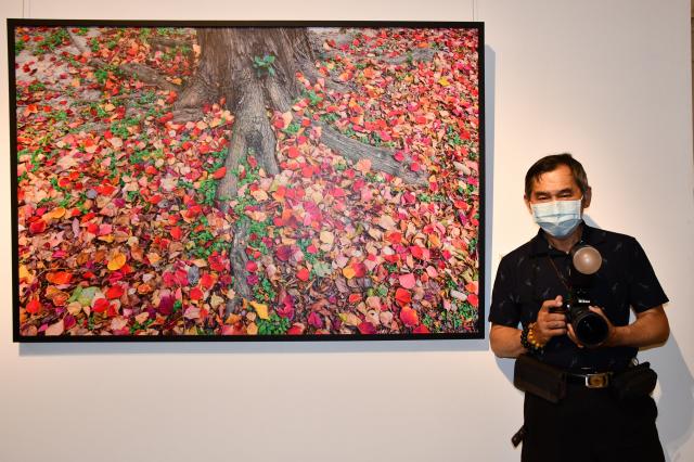 藝術家陳永鎰與參展的攝影作品-「歸根璀璨」。