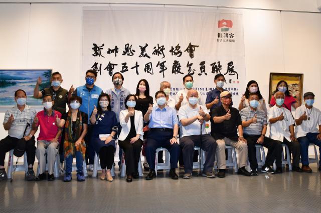 新竹縣美術協會重要幹部與縣長楊文科及來賓合影。