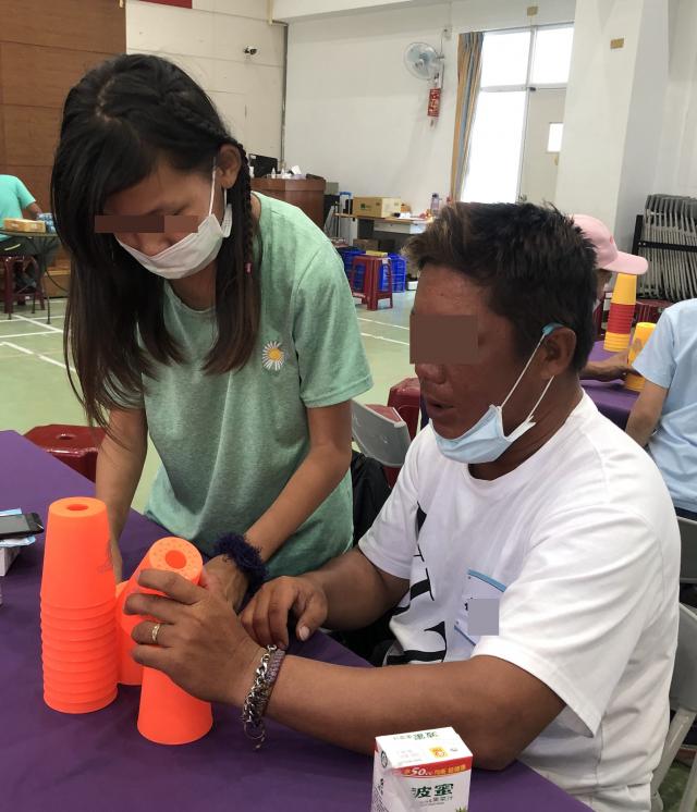 屏東家扶舉辦親子教育課程,透過桌遊體驗讓父母學習尊重孩子意見、親子溝通與陪伴的重要性。