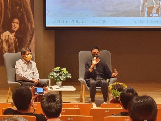 《斯卡羅》導演曹瑞原(右)與屏東縣長潘孟安(左)對話。