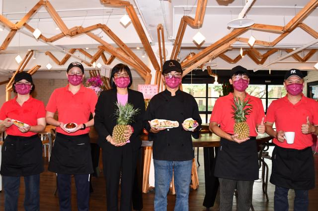 車庫餐廳總經理吳文慧(左3)、餐廳主廚(左4)及團隊成員合影。