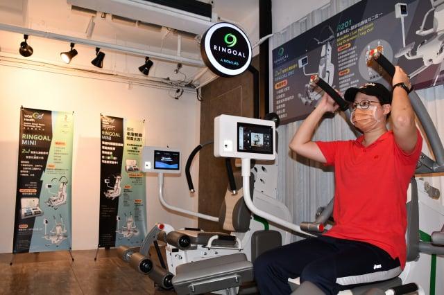 「高登智慧科技」運動教練張孟喻示範動作。