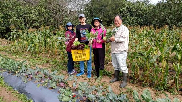 餐廳結合在地農業,車庫餐廳總經理吳文慧(右2)、家人與理搏農業生技創辦人李文權(右1)合影。