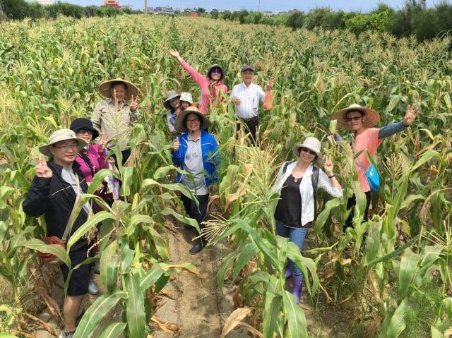餐廳結合在地農業,車庫餐廳總經理吳文慧與好友們在李文權搏士的玉米田合影。