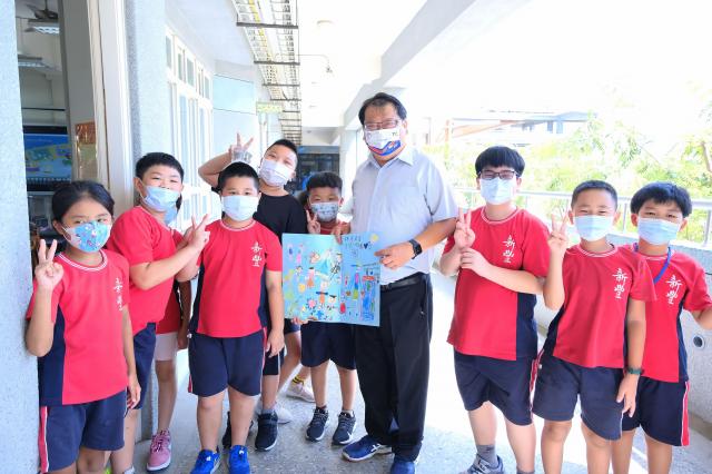 柯幸宜校長展示學生寫給他的卡片,卡片中直呼他「校長爸爸」,十分親切。(新竹縣政府提供)