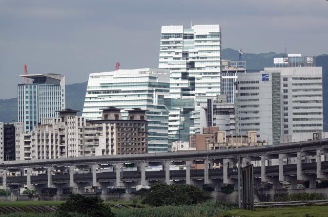 六都地政局近期公布8月建物買賣移轉棟數,除了臺南下滑5.5%以外,其他五都年減幅約19%至29%。(中央社)