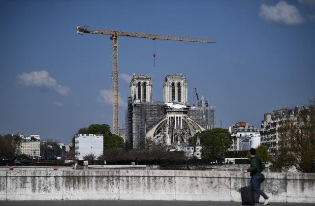 2019年4月15日巴黎聖母院遭逢大火,燒毀部分建築,兩年後的4月14日,維修工程仍在進行。(ANNE-CHRISTINE POUJOULAT/AFP via Getty Images)